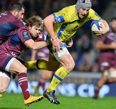 Jonathan Davies tries to break through for Clermont