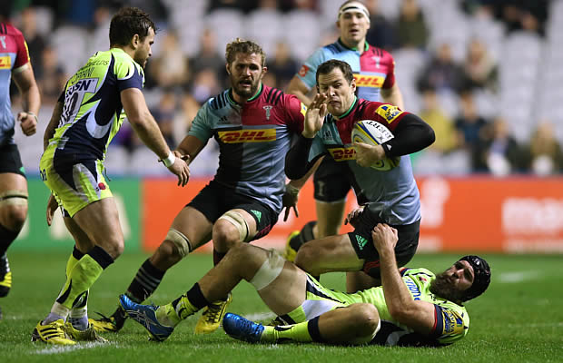 Tim Visser of Harlequins is tackled by Andrei Ostrikov