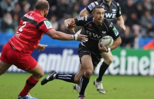 Eli Walker has signed a contract extension with the Ospreys