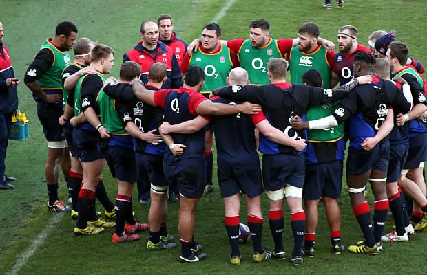 England Assistant coach Steve Borthwick talks to his players