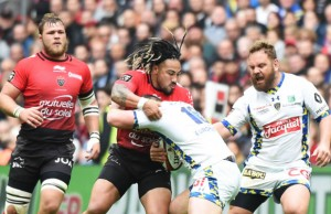 Clermont's Patricio Fernandez (R) vies for the ball with RC Toulon's New Zealand centre Maa Nonu (L)
