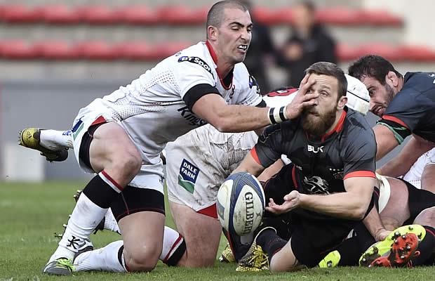 Ruan Pienaar tackles David Mele